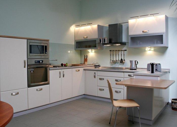 Neišsiskiriančių atspalvių virtuvės interjeras