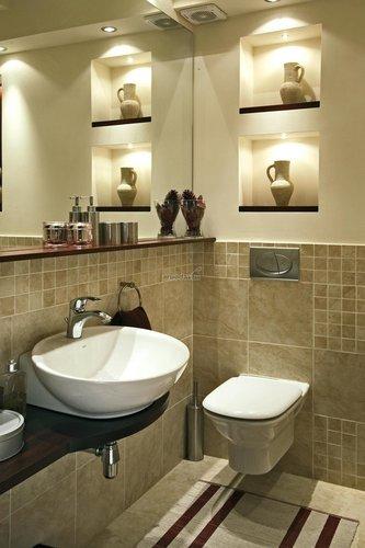Antikvarinėmis vazomis puoštas vonios kambarys