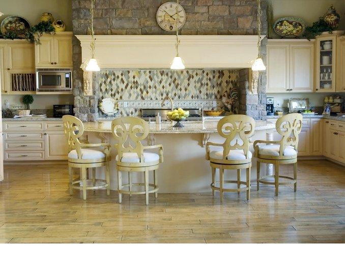 Valgomojo erdvė sujungta su virtuve
