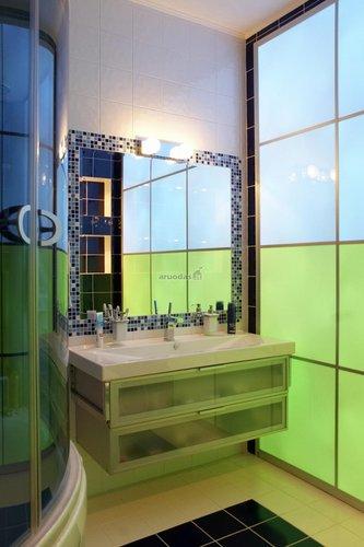 žalios ir mėlynos derinys stikliniame vonios kambaryje