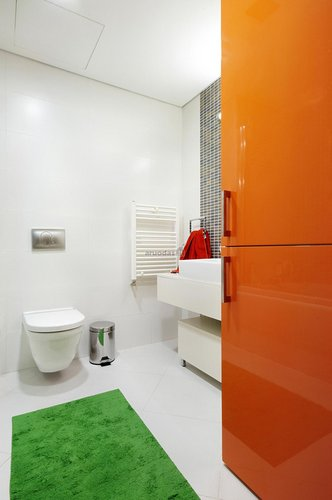 Balta vonia, išryškinta spalvotomis detalėmis