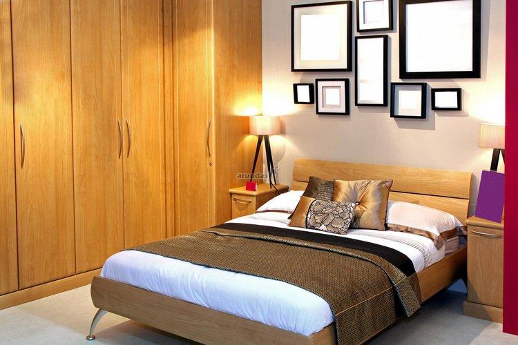Rudų atspalvių miegamojo interjeras