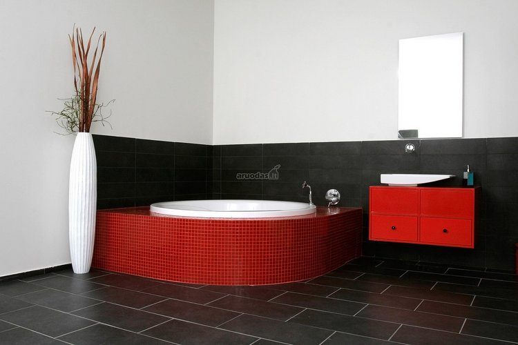 Juoda - raudona - balta vonios kambarys