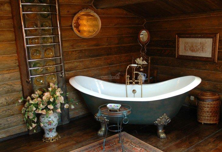Romantiško ir kaimiško stiliaus derinys vonioje