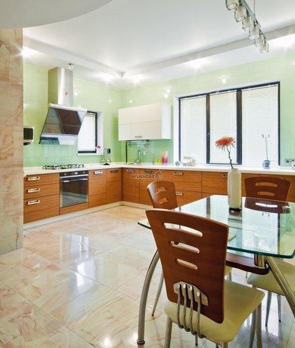šiltos spalvos virtuvės interjere