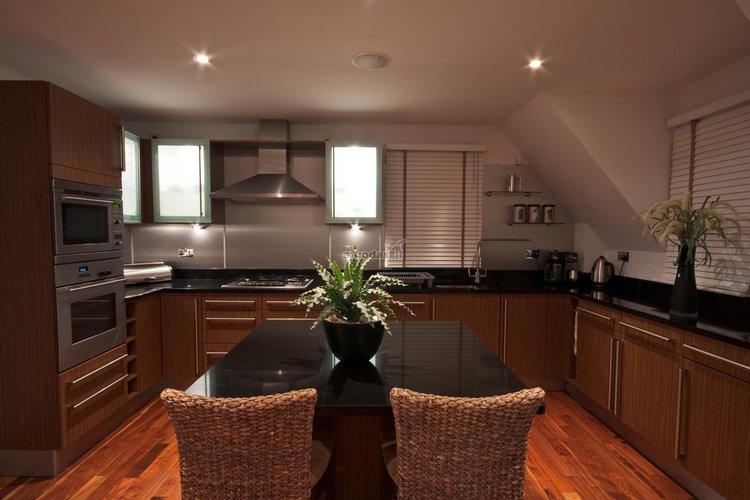Tamsios virtuvės interjeras