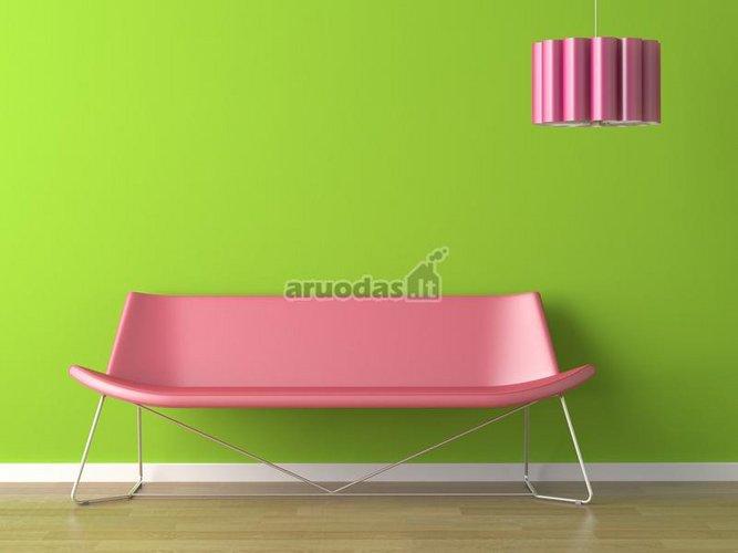 Rožinis akcentas žaliame interjere