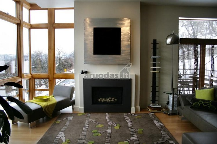 Tamsus, dekoratyvinis židinys svetainėje