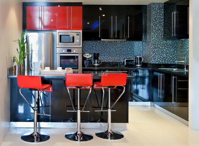 Juoda virtuvė su raudonais akcentais