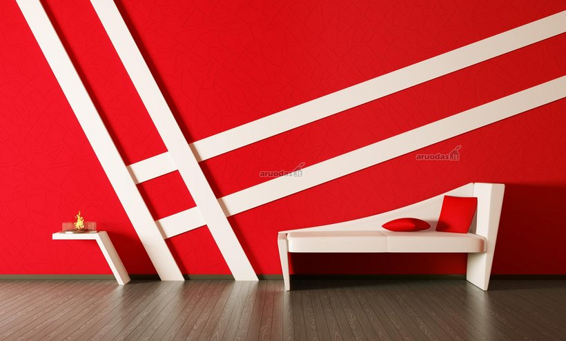 Raudona, dekoruota baltomis juostelėmis interjere