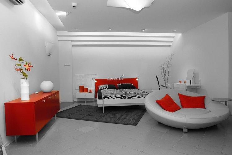 Balta - raudona miegamojo dizainas