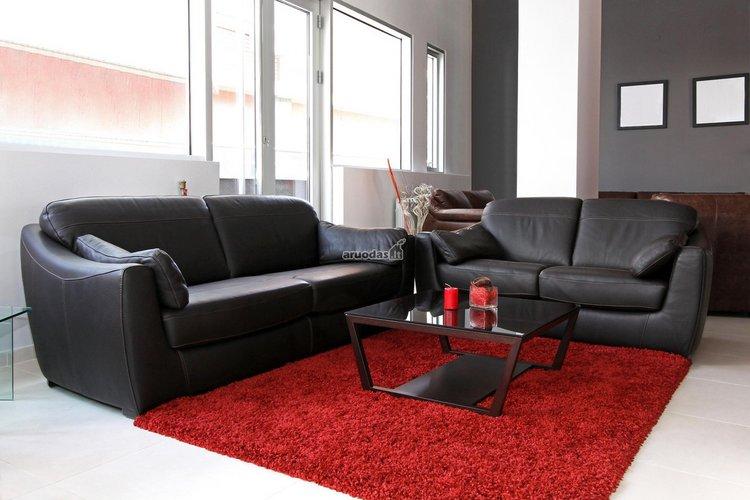 Ryškiai raudonas kilimas - svetainės akcentas