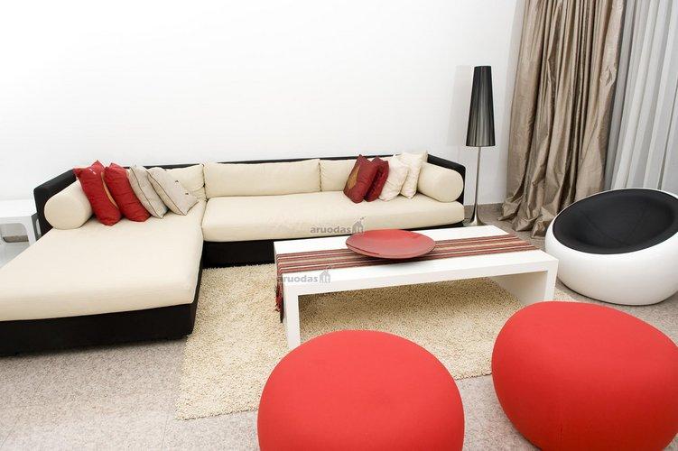 Raudoni sėdmaišiai, išryškinantys svetainės interjerą