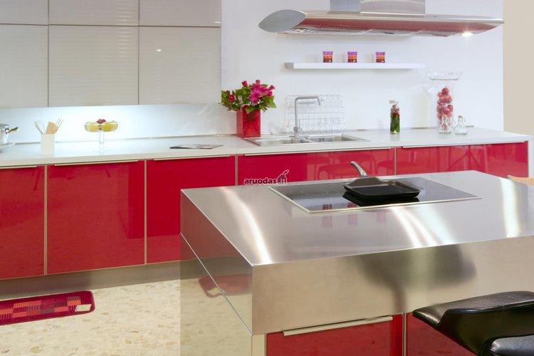 Raudonos virtuvinės spintelės su baltais stalviršiais