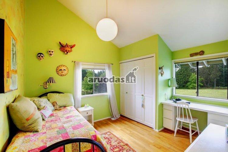 žalios vaiko kambario sienos