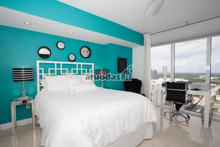 Mėlyna - balta miegamojo interjeras