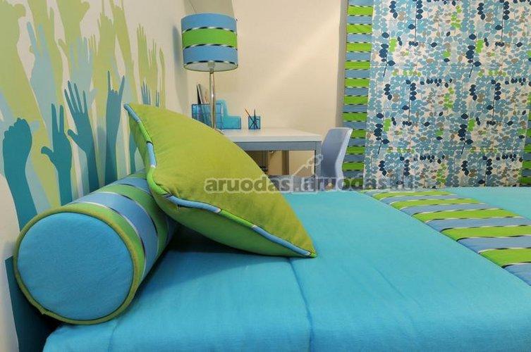 Mėlynos ir žalios derinys miegamajame