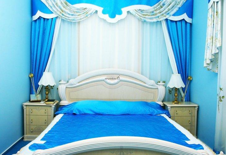 Ryškus miegamojo interjeras: mėlyna