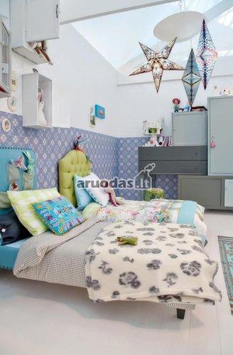 Keletas mėlynų akcentų vaikų miegamajame