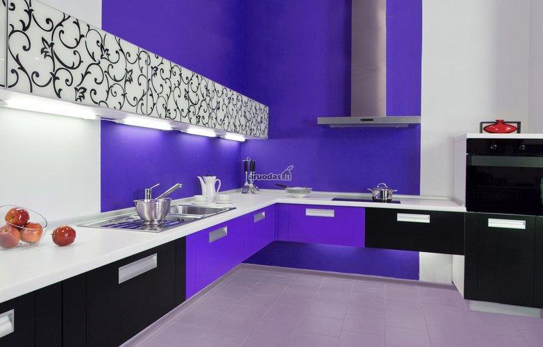 Ryški, mėlynos ir juodos spalvų virtuvė