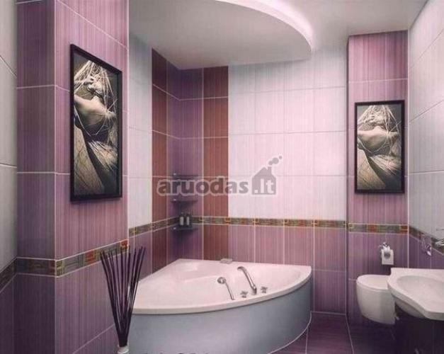 Violetinis vonios kambario interjeras