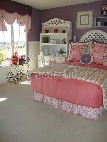 Violetinės vaiko kambario sienos