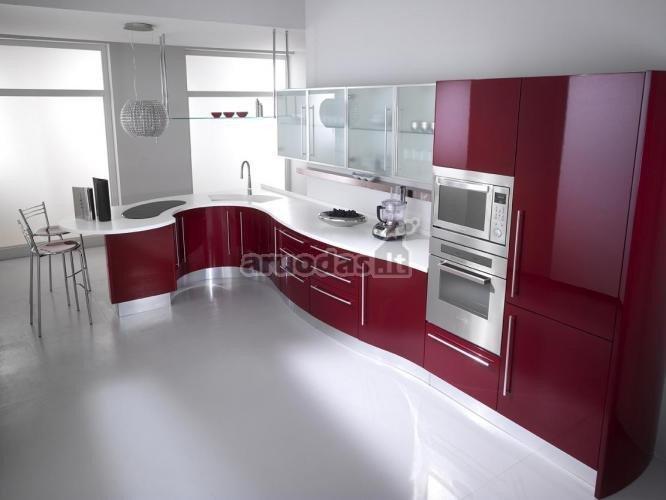 Violetinė - balta virtuvės interjeras