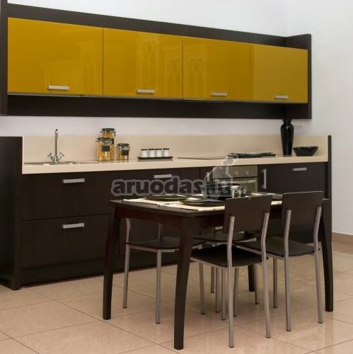 Juoda - balta - geltona virtuvės interjeras
