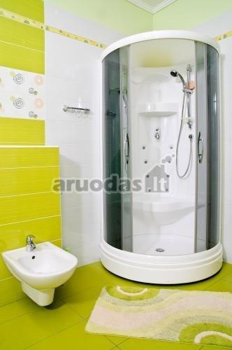 Ryškiai geltona - balta vonios interjeras