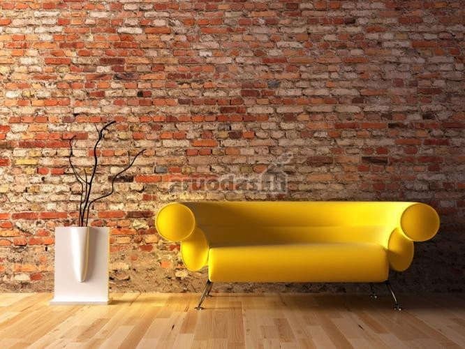 Geltona sofa plytų sienos interjere