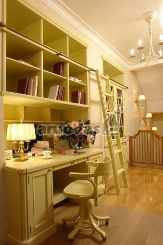 Blankiai geltoni baldai darbo erdvėje