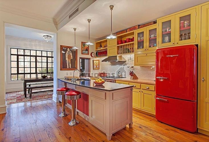 Geltona kontrastu su raudona virtuvės interjere