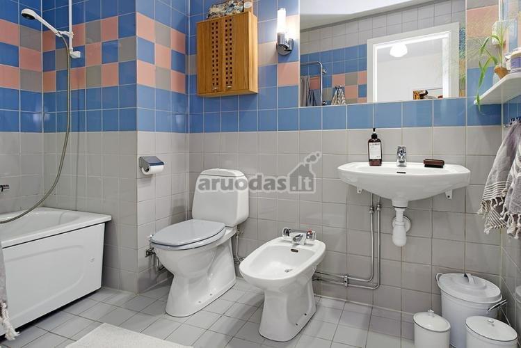 Mėlynomis plytelėmis paryškintas vonios interjeras