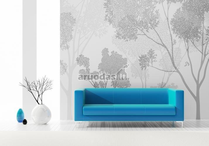 Mėlyna sofa nespalvotame interjere