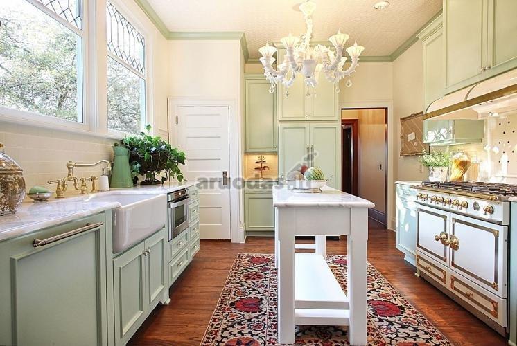 Nedidelis žalias akcentas virtuvės interjere