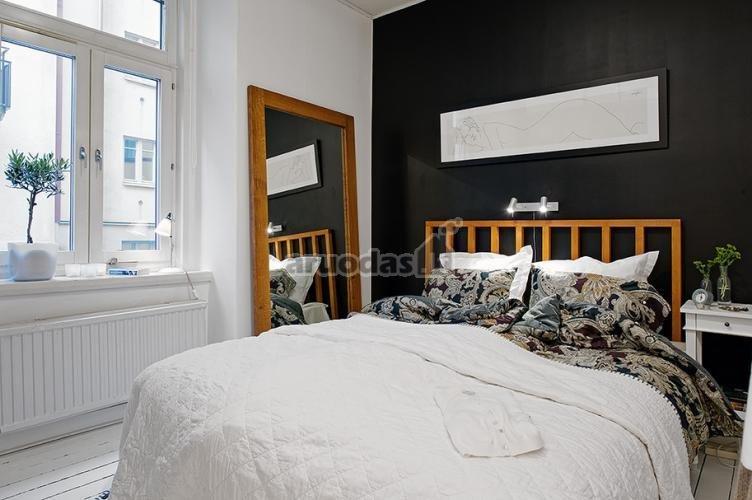 Baltas miegamasis, išryškintas viena juoda siena