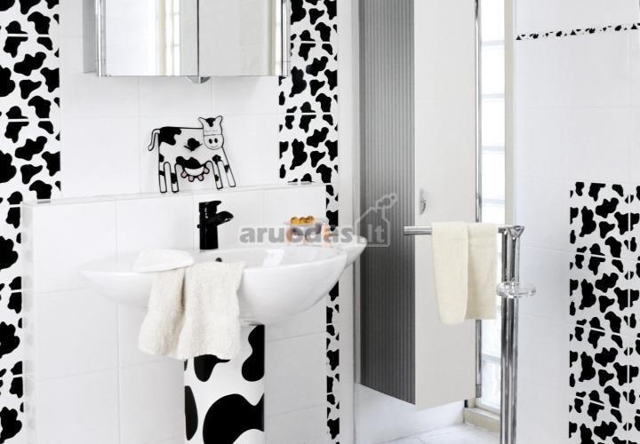 Baltas vonios interjeras, dekoruotas margomis karvutėmis