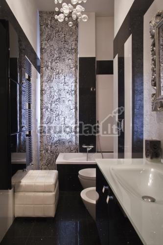 Juodos ir baltos derinys vonios kambaryje