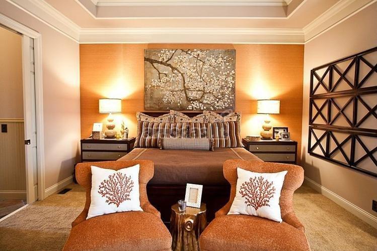 Oranžinės ir rudos spalvų derinys miegamajame