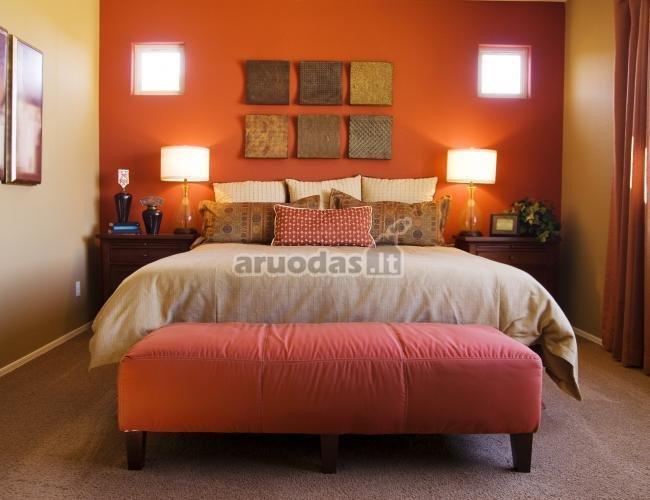 Dar viena oranžinė siena miegamajame
