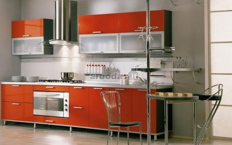 Oranžinės spintelės nespalvotoje virtuvėje