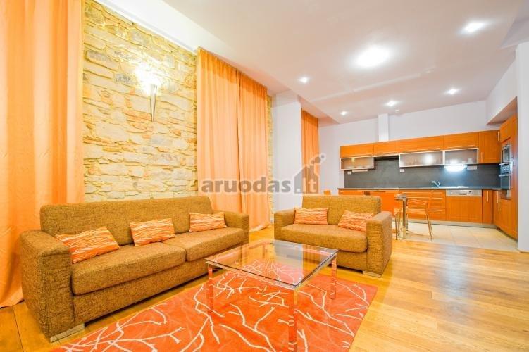 Oranžinis kambarys baltomis lubomis