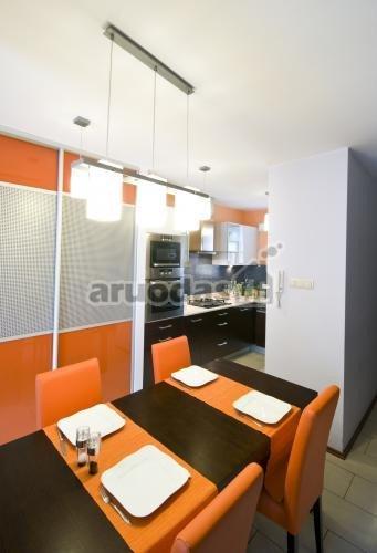 Oranžinė - juoda - balta valgomojo interjeras