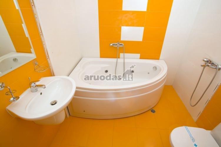 Ryškus, oranžinė - balta vonios interjeras