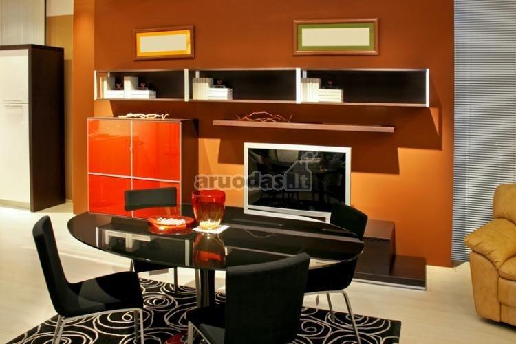 Oranžinė - juoda svetainės interjeras