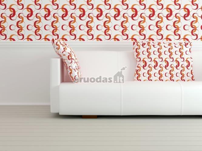 Baltas interjeras, pagyvintas oranžiniais raštais