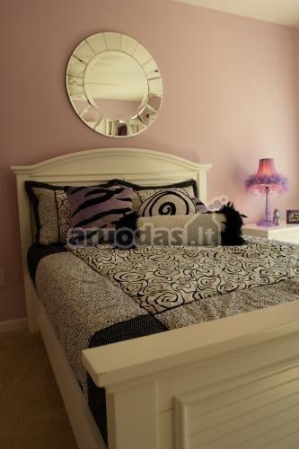 šviesiai violetinės miegamojo sienos