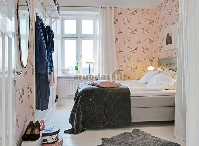 Blausiai rausvi miegamojo tapetai