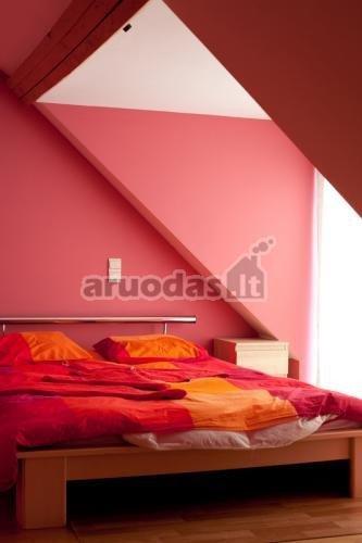 Rausvos miegamojo sienos