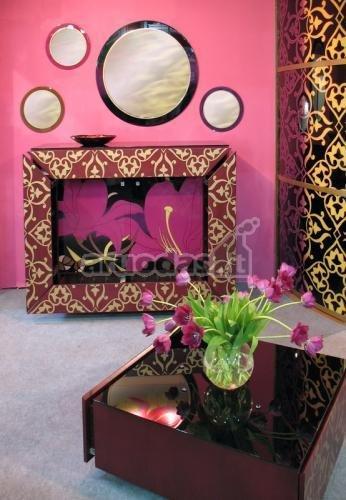 Rožinė spalva ryškaus interjero svetainėje